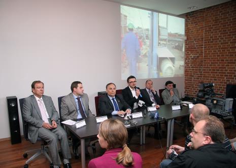 Konferencja prasowa, od lewej Henryk Ulacha (prezes Varitexu), Sławomir Murawski (dyrektor Manufaktury), Włodzimierz Fisiak (Marszałek Województwa Łódzkiego), dyr. Jarosław Suchan (ms), Przemysław Nowogórski (dyrektor Departamentu Dziedzictwa Narodowego MKiDN), Jacek Ferdzyn (architekt ms2); z prawej red. Remigiusz Mielczarek (TV Toya)