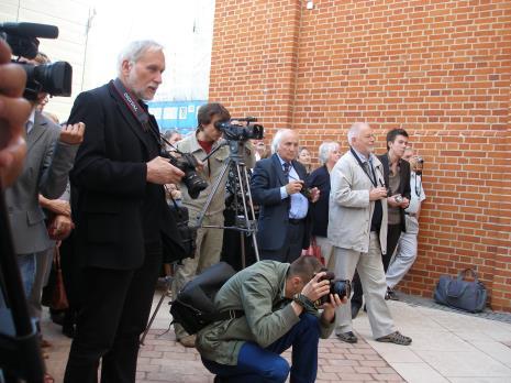 Na pierwszym planie Piotr Tomczyk (fotograf ms); w granatowym garniturze z aparatem Richard Demarco, w jasnym ubraniu z aparatem Ryszard Bonisławski